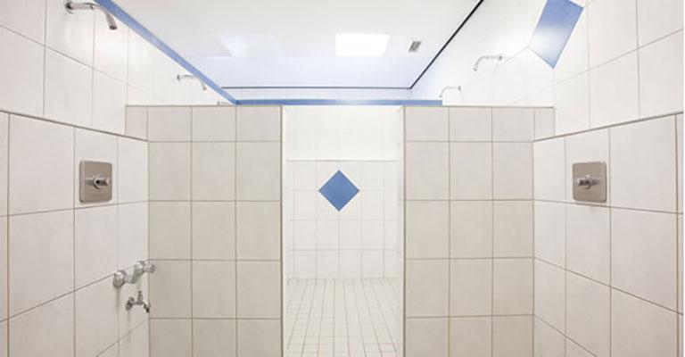Duschbereich im Saunapark Kamperbrück