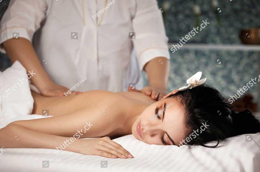 Eine Frau erhält im Saunapark Kamperbrück eine entspannende Massage