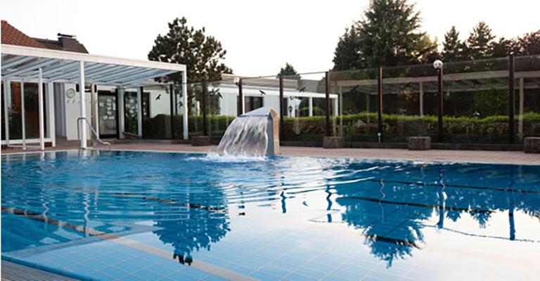 Aussenbereich mit Pool im Saunapark Kamperbrück