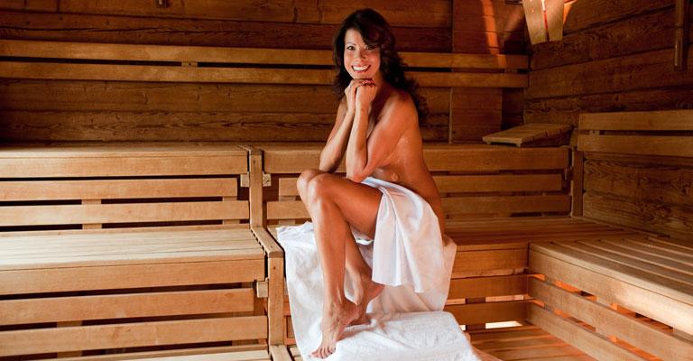 Dame in der Sauna im Saunapark Kamperbrück